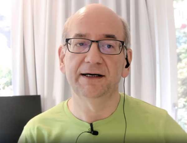 Screenshot of John Mueller explaining how Google handle's links